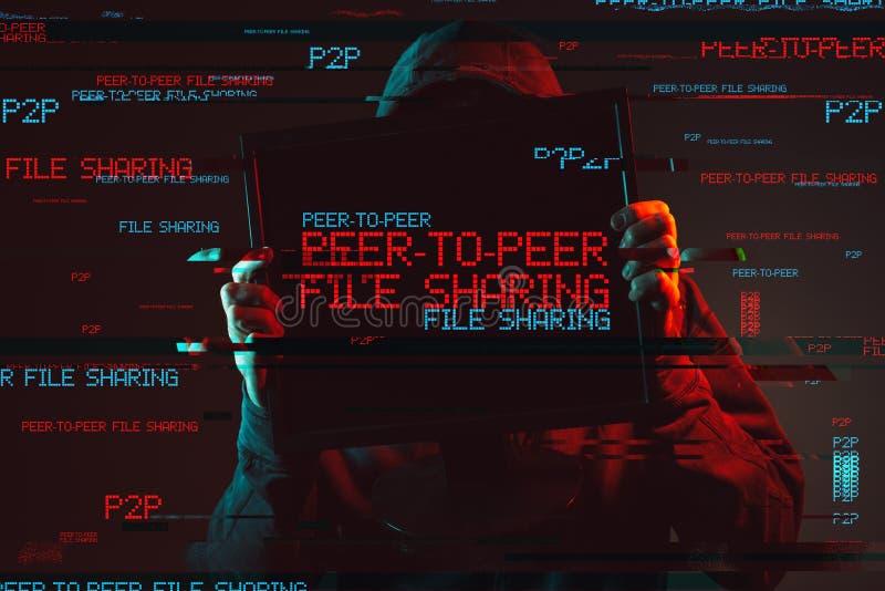 与匿名的戴头巾人的对等文件分享概念 免版税库存照片
