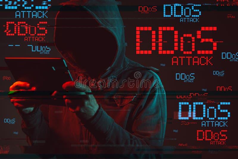 与匿名的戴头巾男性收养的DDOS概念 库存照片
