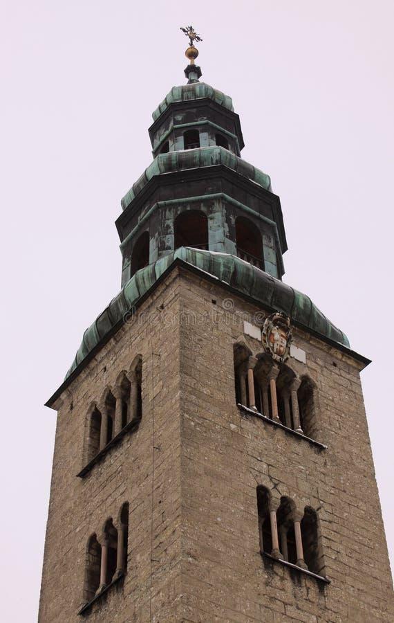 与十字架的大厦塔在萨尔茨堡 免版税图库摄影