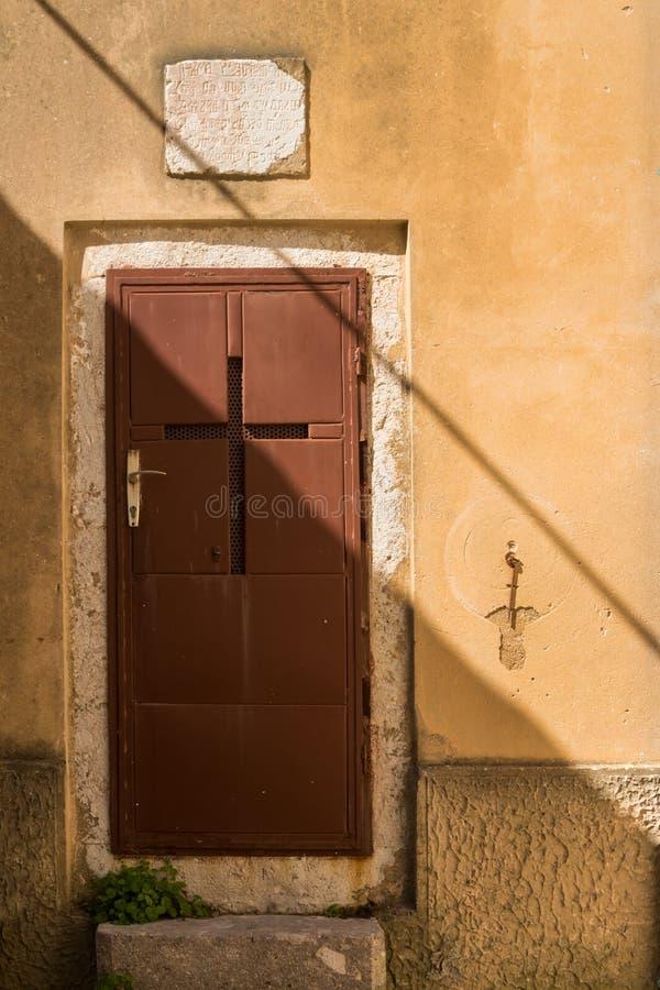 与十字架的布朗门 库存图片