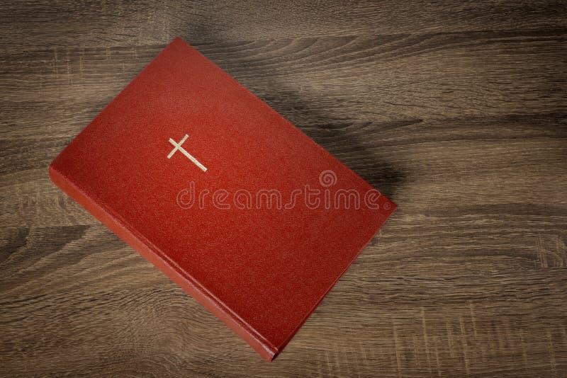 与十字架的红色圣经在盖子 图库摄影