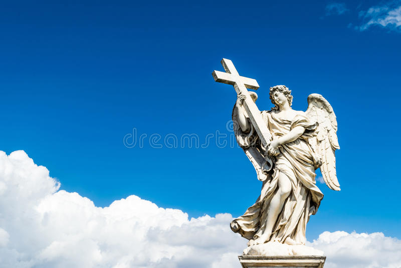 与十字架的美好的天使在圣徒安吉洛城堡,罗马桥梁  免版税图库摄影