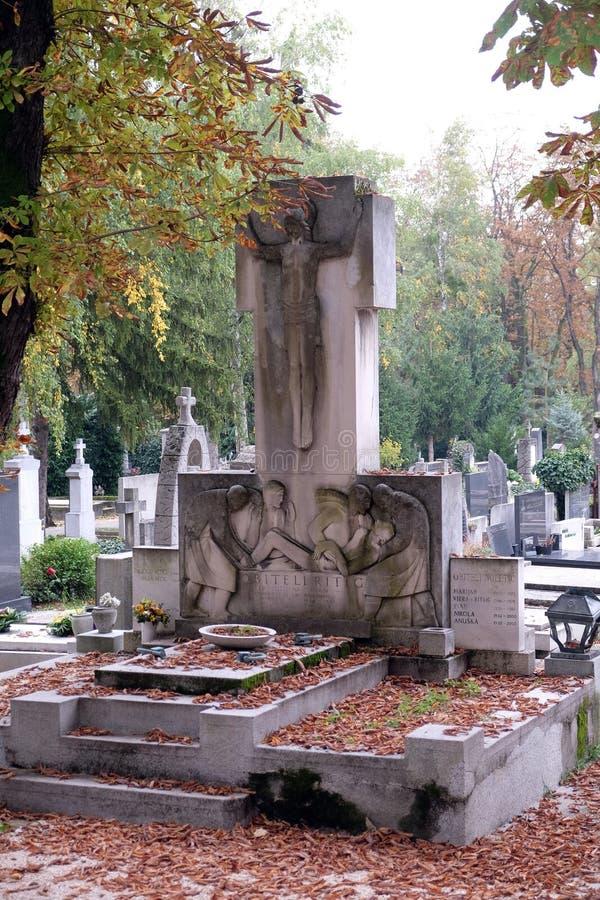 与十字架, Mirogoj公墓的宽容坟墓墓碑在萨格勒布 图库摄影