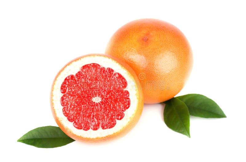 与半切片的在与裁减路线的白色背景隔绝的葡萄柚和叶子 被隔绝的葡萄柚,葡萄柚 免版税库存照片