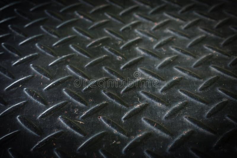 与半新的生锈的纹理的肮脏的黑金属地板 免版税库存照片