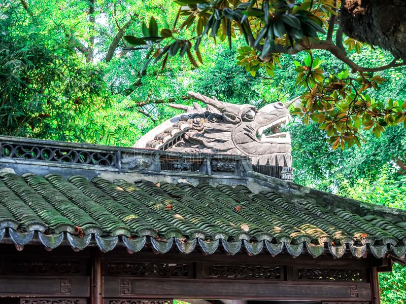 与华丽屋顶和红色窗口的繁体中文大厦在Yu庭院,上海,中国 免版税图库摄影