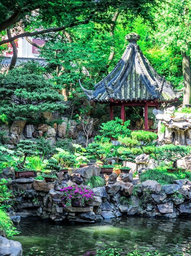 与华丽屋顶和红色窗口的繁体中文大厦在Yu庭院,上海,中国 免版税库存照片