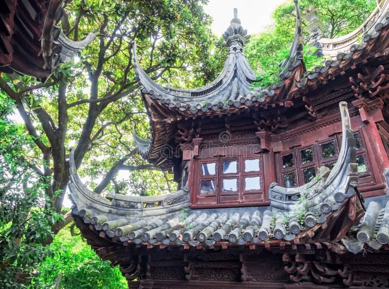 与华丽屋顶在Yu庭院,上海,中国的传统朱红色的大厦 库存图片