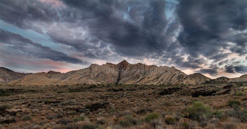 与华美的五颜六色的云彩的史诗壮观的日出在雪峡谷国家公园在圣乔治犹他 库存图片