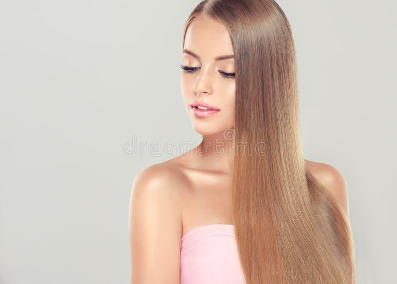 与华美,发光,长,金发的年轻有吸引力的女孩模型 免版税库存照片