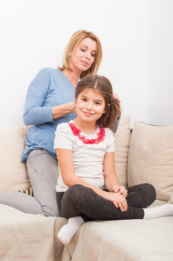 与单亲母亲和女儿的美好的家庭观念 免版税图库摄影