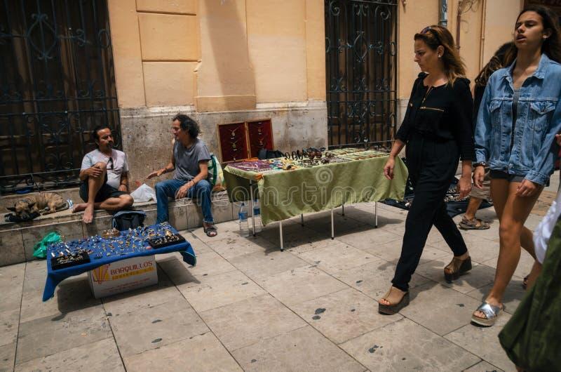 与卖主和游人,巴伦西亚,西班牙的跳蚤市场 免版税库存照片