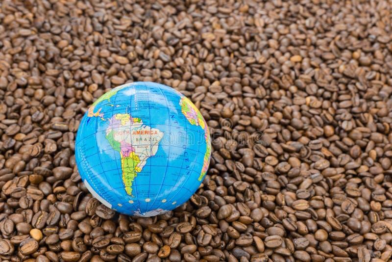 与南美的许多整个咖啡豆地球的 库存照片