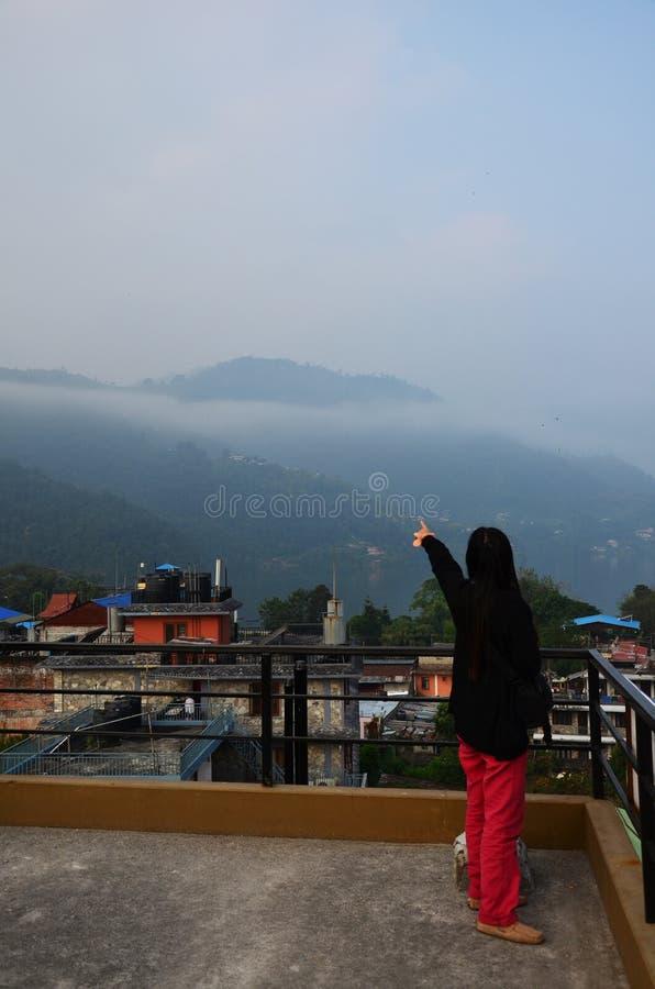 与博克拉都市风景的旅客泰国妇女画象安纳布尔纳峰谷的尼泊尔 免版税库存照片