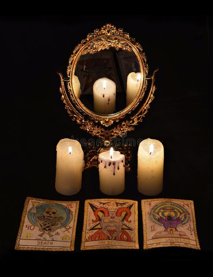与占卜礼拜式的垂直的静物画反对- mirrow和占卜用的纸牌 免版税库存图片