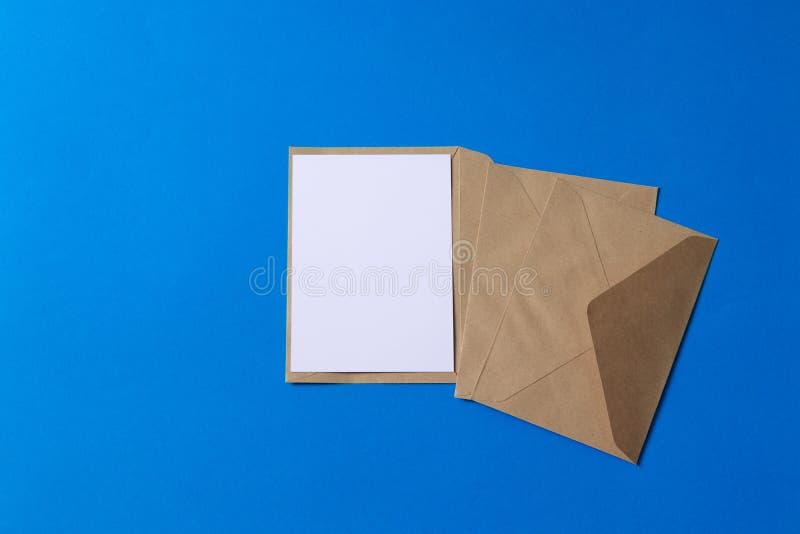与卡拉服特包装纸信封模板嘲笑的空白的白色卡片 免版税库存图片