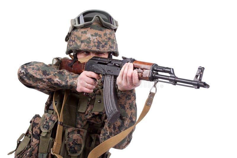 与卡拉什尼科夫攻击步枪的美国海军陆战队 免版税库存图片