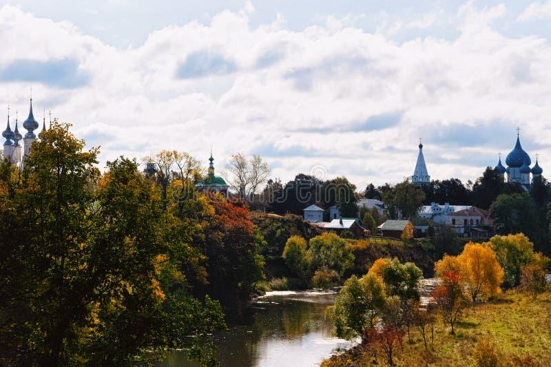 与卡缅卡河和克里姆林宫的风景在苏兹达尔 库存图片