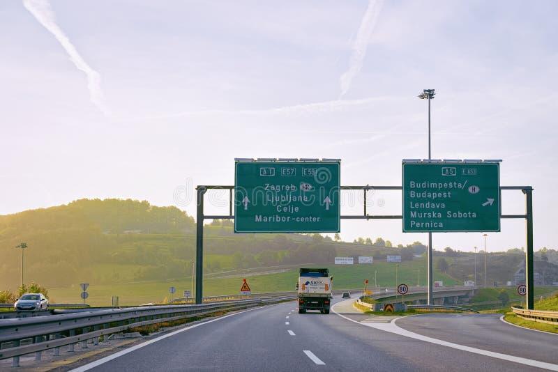 与卡车的风景在高速公路路斯洛文尼亚 免版税库存照片