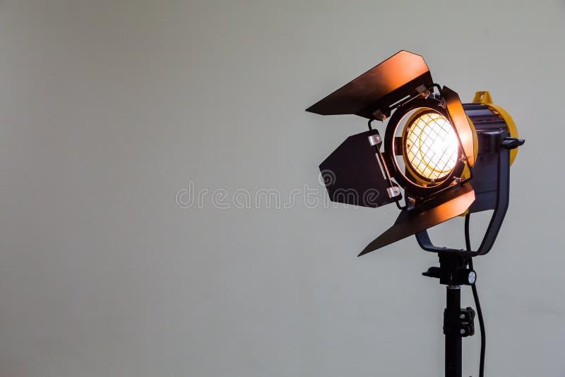 与卤素灯泡和菲涅耳透镜的聚光灯 演播室摄影或电视录象制作的照明设备 免版税库存图片