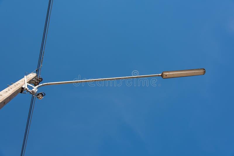 与卤素灯的街灯反对蓝天在泰国 免版税图库摄影