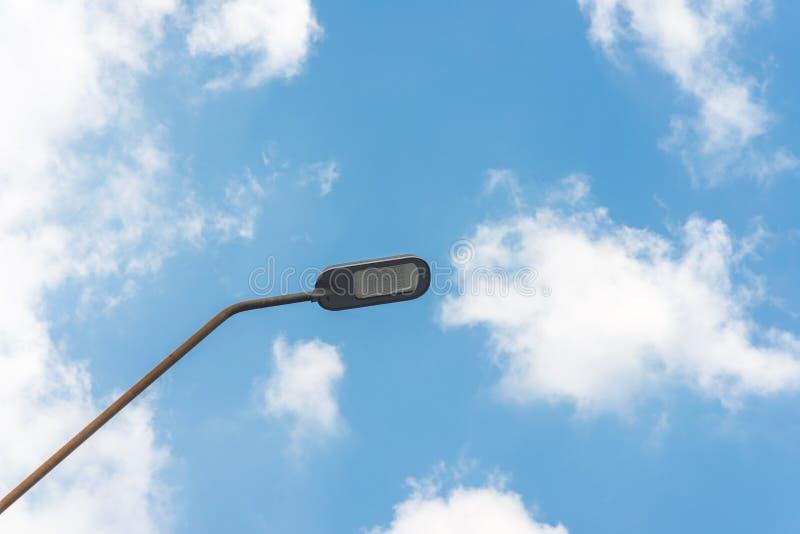 与卤素灯的街灯反对蓝天 免版税图库摄影