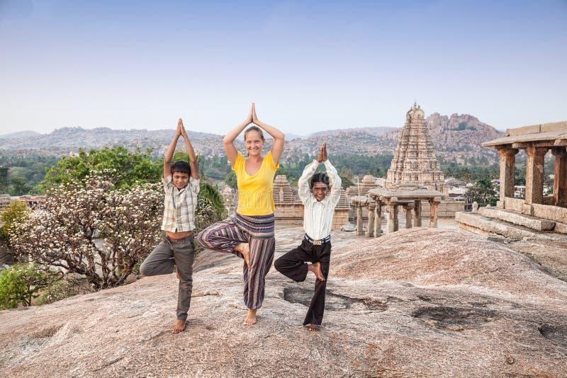 与印地安男孩的瑜伽 免版税库存图片