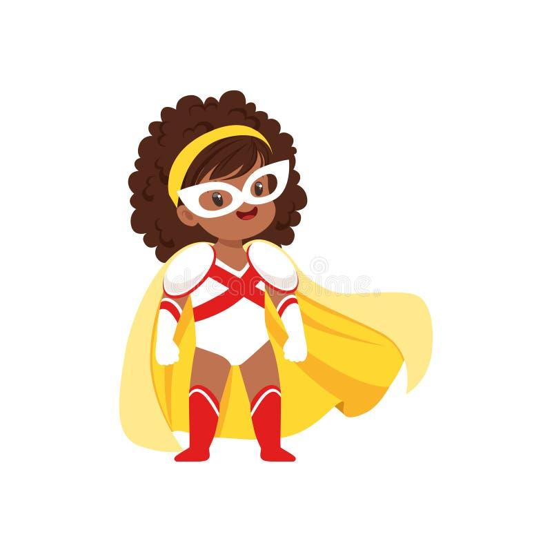 与卷发的可笑的勇敢的女孩孩子在白色的超级英雄和红色服装、面具和黄色斗篷,宽站立在腿 皇族释放例证