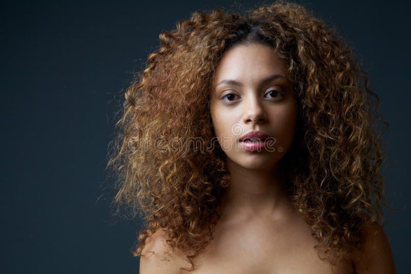与卷发的美好的女性时装模特儿 免版税库存照片