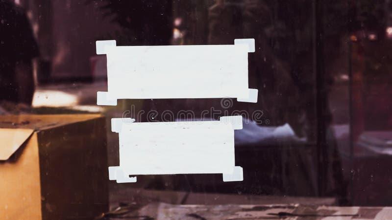与卷曲的角落和橡皮膏的白色便条纸,为您的消息准备 库存照片