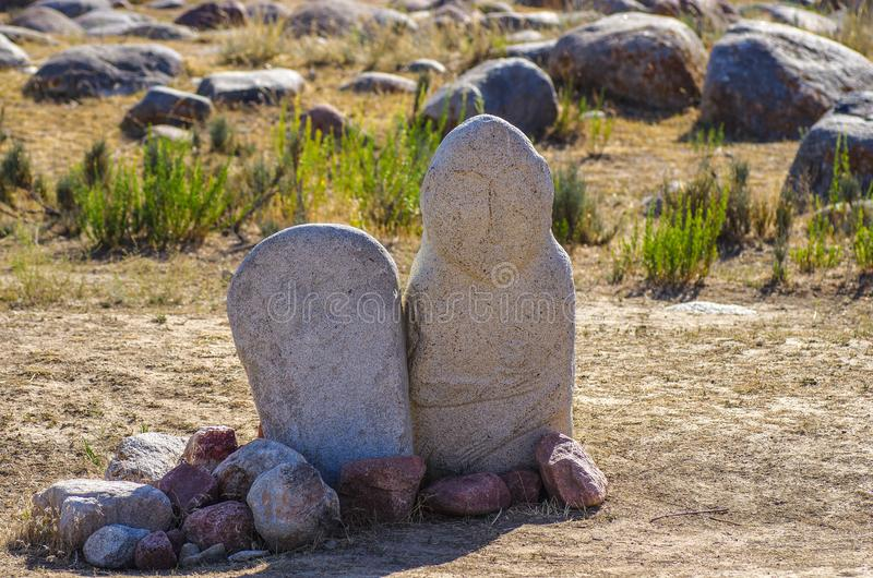 与历史刻在岩石上的文字的古老雕刻在吉尔吉斯斯坦 免版税库存照片