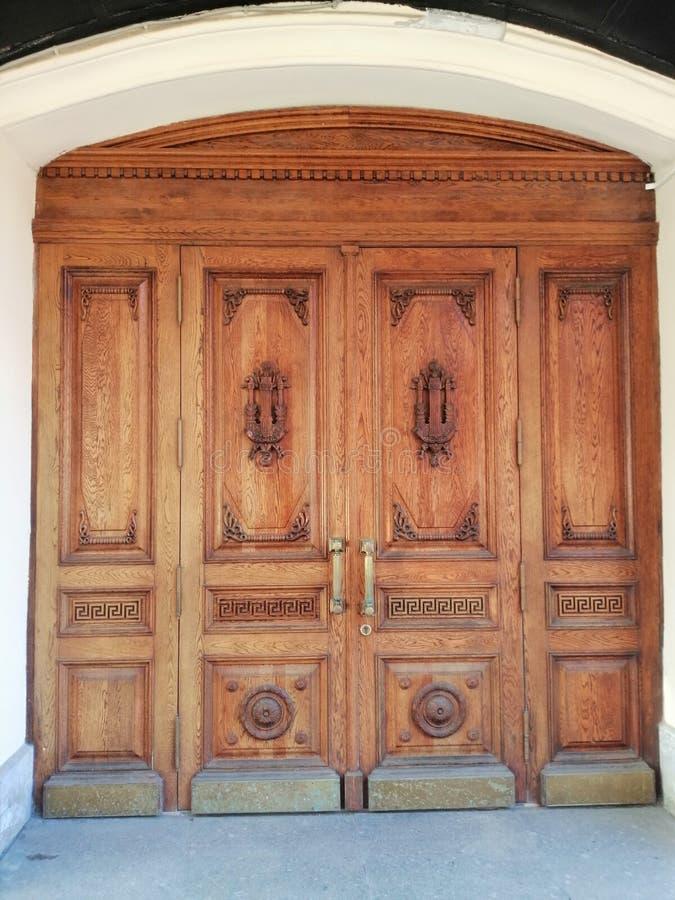 与历史大厦的装饰品的门 免版税库存图片