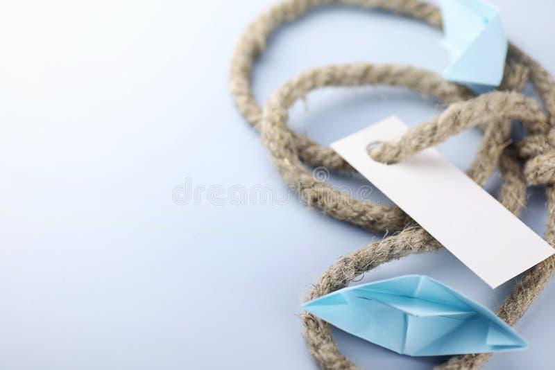 与厚实的结辨的绳索和船纸origami的贴纸 库存图片