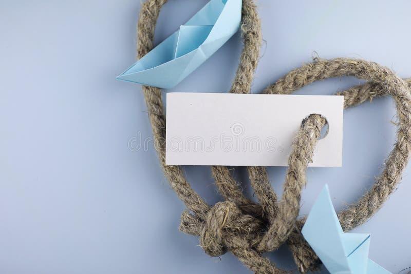 与厚实的结辨的绳索和船纸origami的贴纸 免版税库存照片