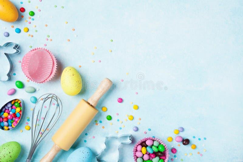 与厨房工具的复活节烘烤的背景为假日甜面包店顶视图 平的位置 库存照片