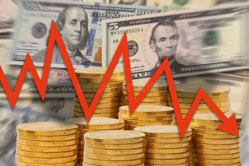与去下来在金黄金钱堆和美元笔记-下降趋势陈列危机背景的红色箭头的企业图  皇族释放例证