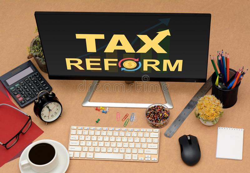 与去的箭头的税收改革办公室显示器顶视图 库存图片
