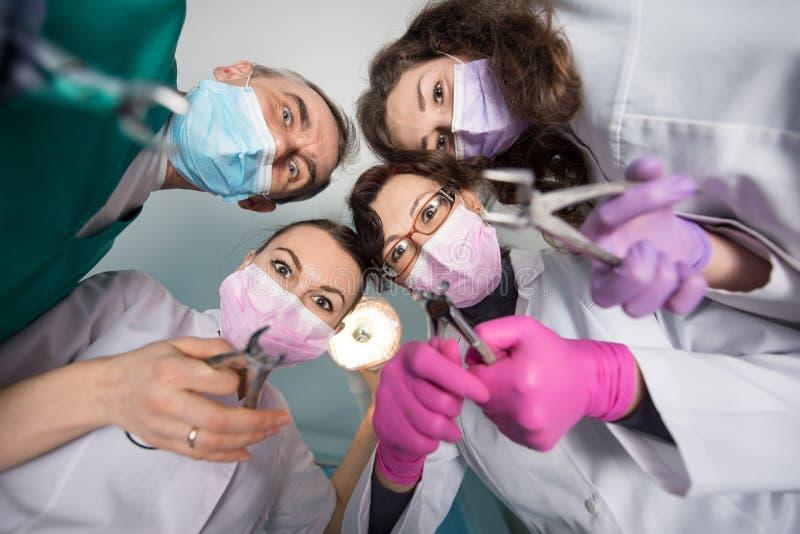与去膜剂的专业牙齿队 医学、牙科和医疗保健概念 库存图片