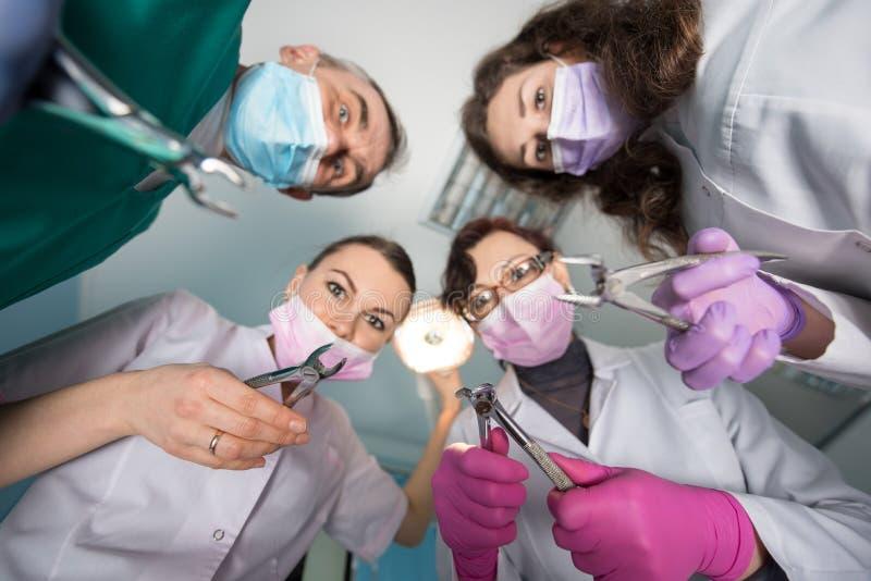 与去膜剂的专业牙齿队 底视图 在工具的焦点 牙科设备 库存照片