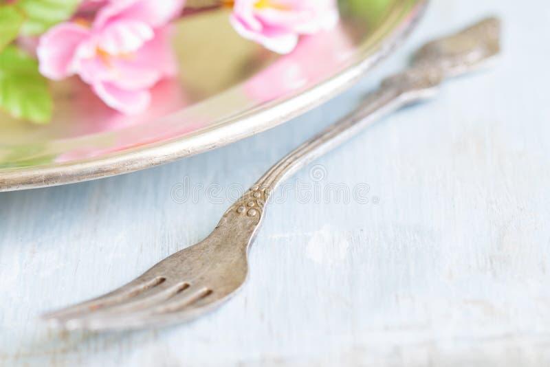 与叉子和樱花的春天抽象背景食物概念 免版税库存照片