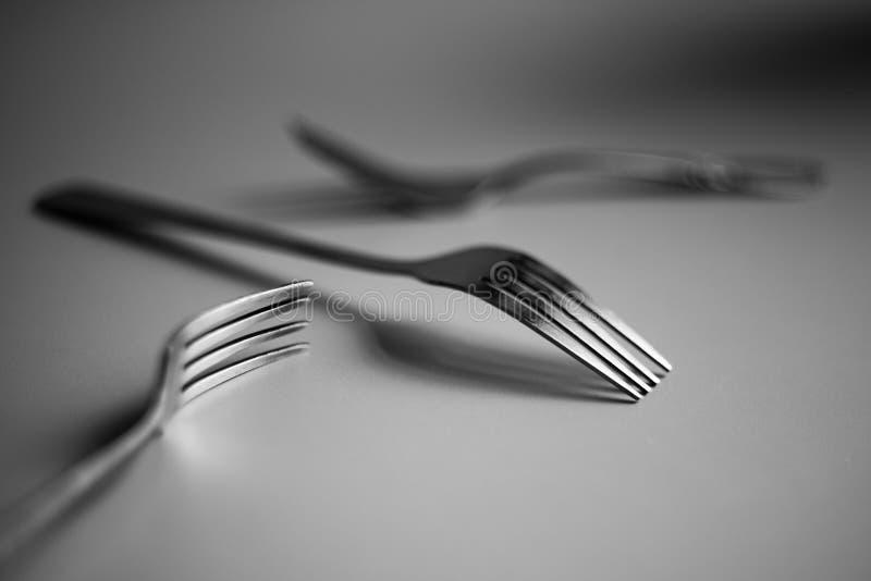 与叉子的抽象黑白静物画 免版税库存照片