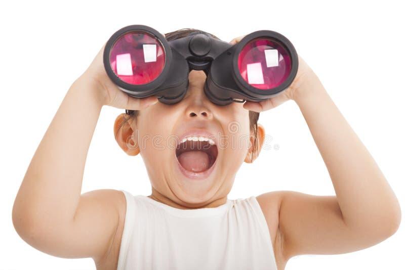 与双筒望远镜的愉快的孩子 库存照片