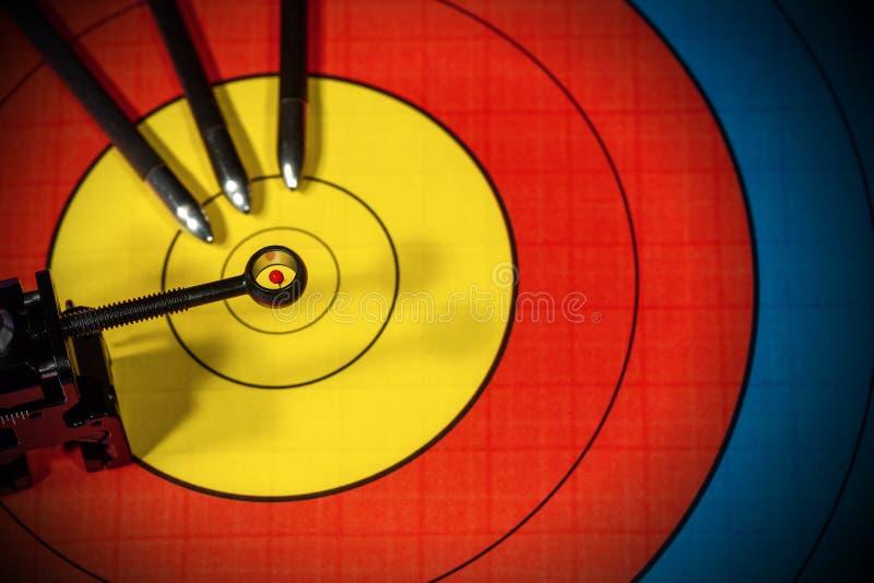 与反光镜和三个箭头-射箭体育的目标 免版税库存图片