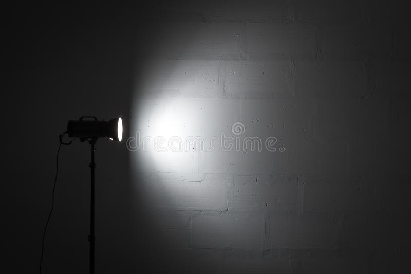 与反射器的专业照片演播室闪光灯 库存照片