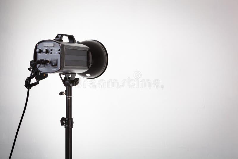 与反射器的专业照片演播室闪光灯 免版税库存照片