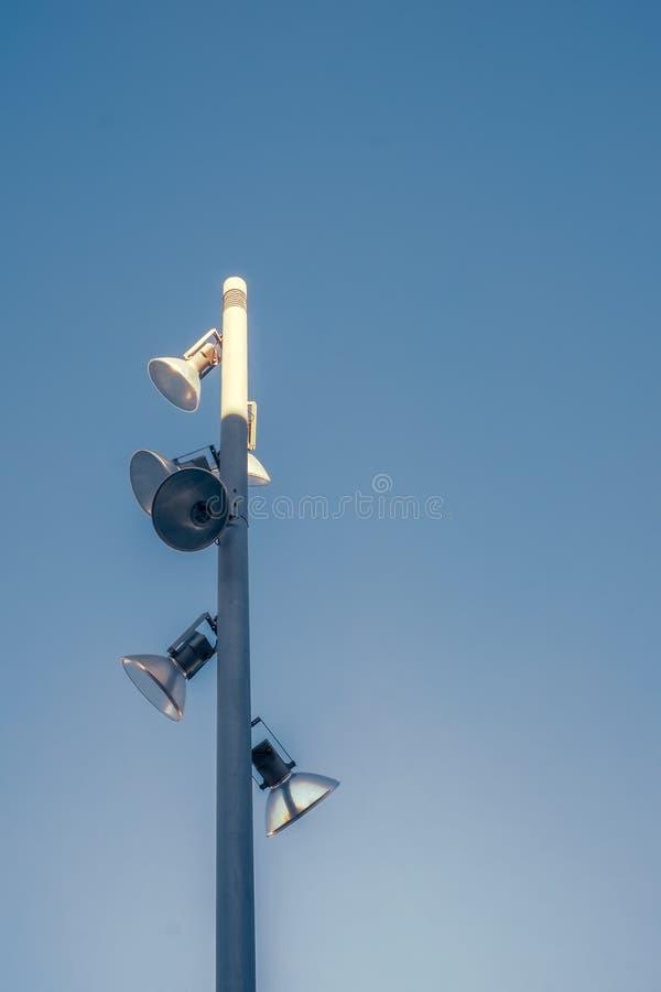 与反射器的柱子在蓝色清楚的天空 库存照片
