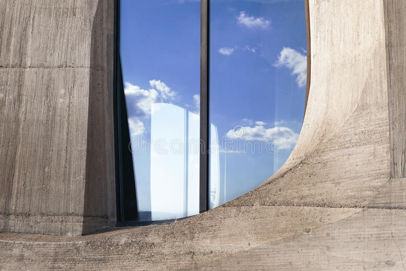 与反射在玻璃的天空蔚蓝和云彩的花梢窗口 现代建筑学细节 超现实的样式 免版税库存图片