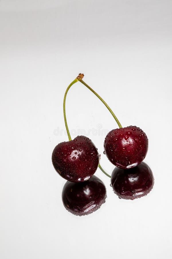 与反射的双重樱桃在轻的背景 图库摄影