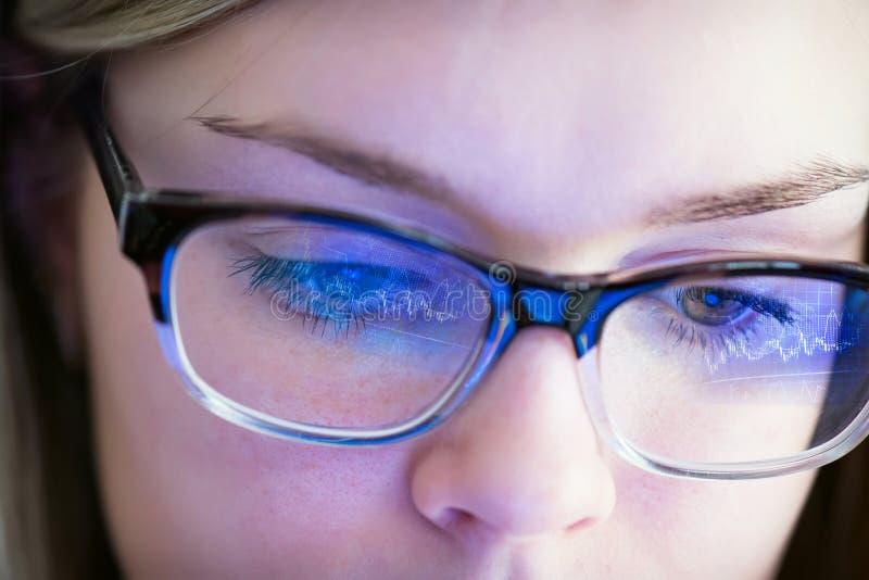 与反射的女孩的面孔在玻璃图表 库存图片