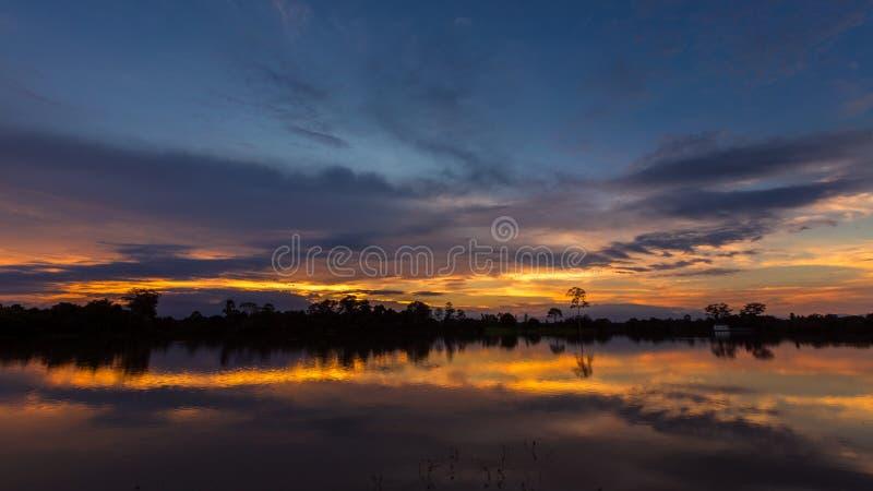 与反射的日落在湖 免版税库存图片